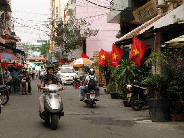 Везде звездастые вьетнамские флаги. Хо Ши Мин