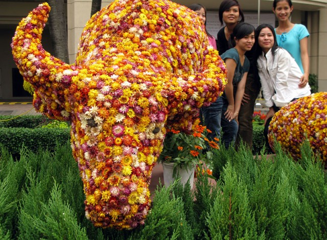 Символ нового года из цветов на улице Nguyen Hue. Хо Ши Мин