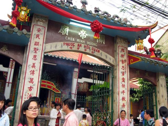 В пагодах Чолона на новый год. Хо Ши Мин
