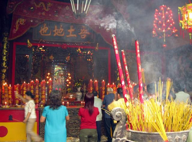 Массовые возжигания благовоний в пагодах на новый год. Хо Ши Мин
