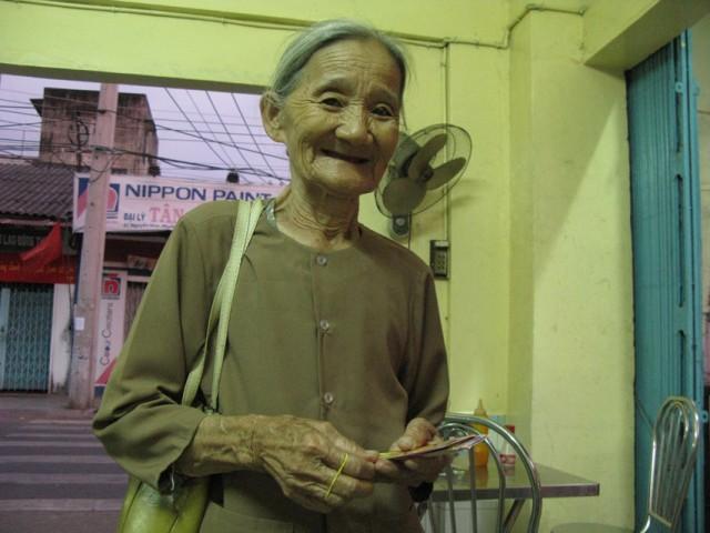 Бабушка продает лотерейные билеты - печальный удел многих бедных и немолодых вьетнамцев