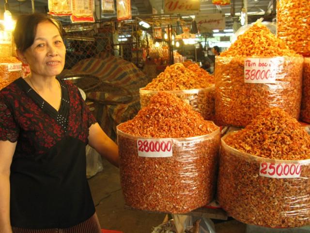 Тетка продает сушеных креветок