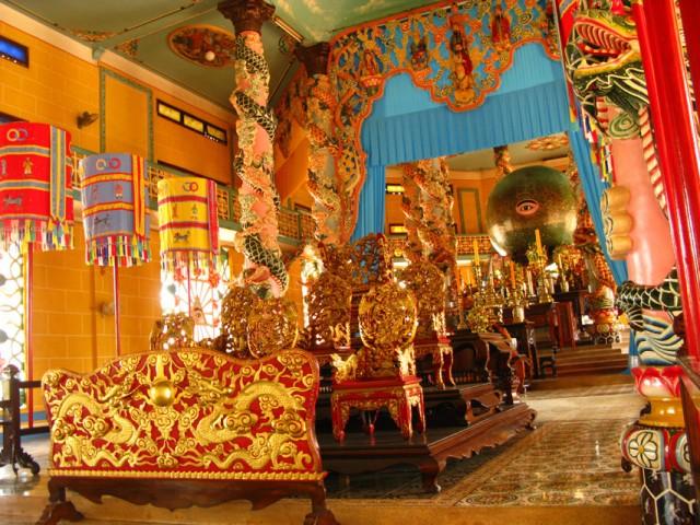 Внутри храма каодаистов