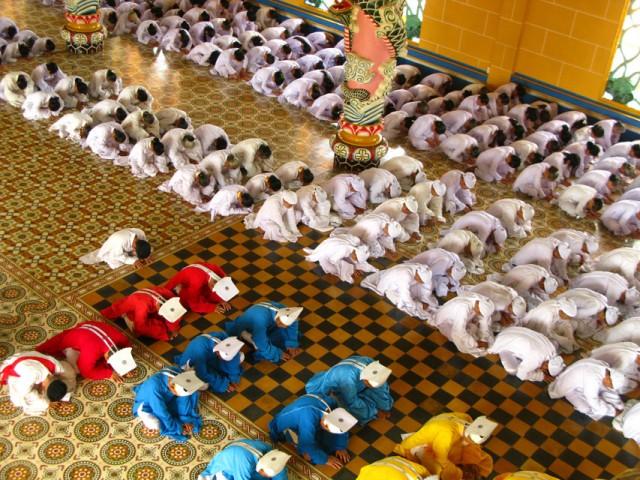 Молитва в храме религии Каодаи