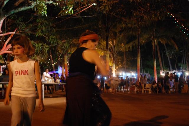 танцуют так...