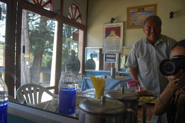 самый лучший улыбчивый официант в самом лучшем тибетском ресторанчике... велкомту tibetian brothers