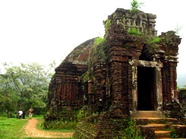 Развалины индуистских храмов в Ме Сон