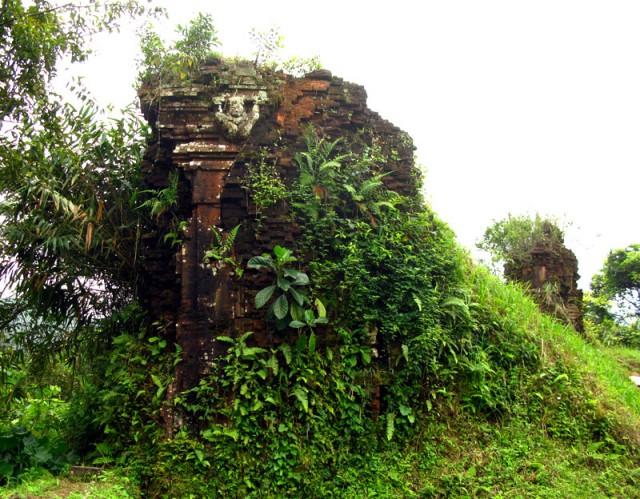 Некоторые храмы медленно, но верно превращаются в холмы