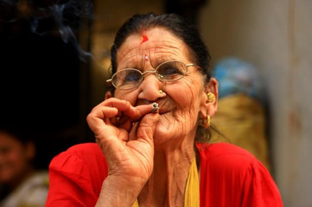 Каждый день я нахожу себе старушку-падружку - и мы курим и радываемся :