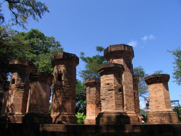 Остатки чамских башен (не сравнить с башнями по дороге в Далат)