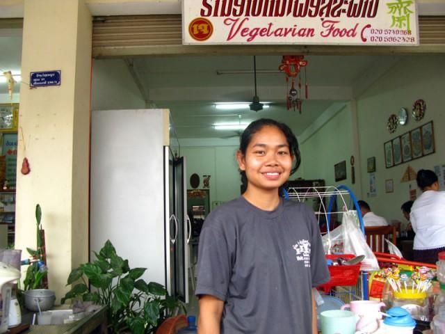 Куан, менеджер и повар единственного в Саваннакете вегетарианского ресторана