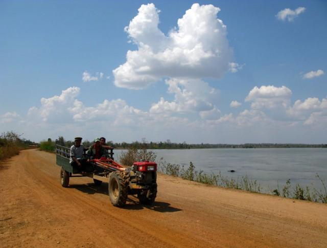Док-док, лаосский пассажирский трактор