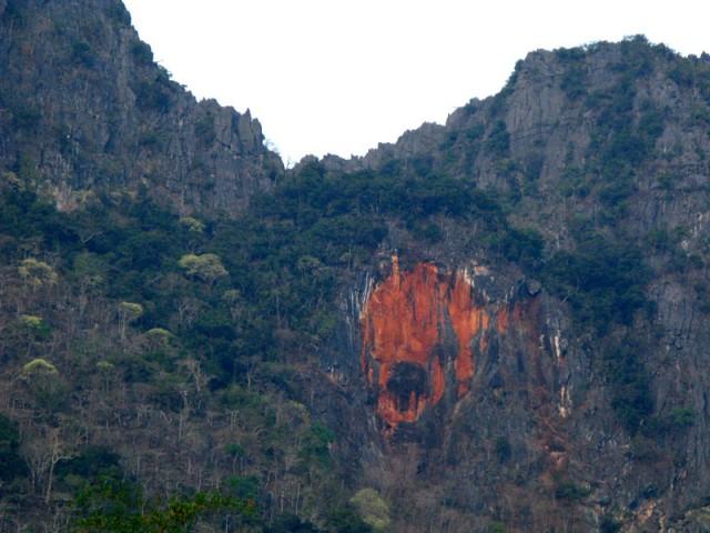 Крик из камня - красное лицо на скале