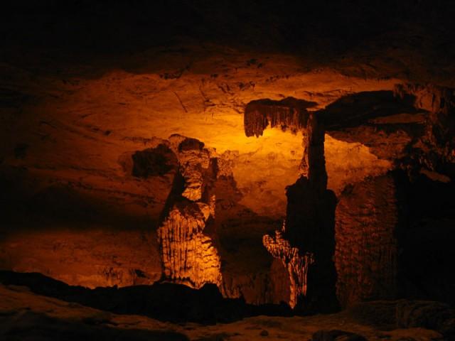 Сталактито-сталагмитовый город в пещере Конг Ло