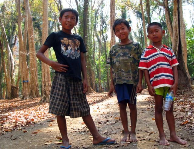 Мальчишки в лесу возле Конг Ло