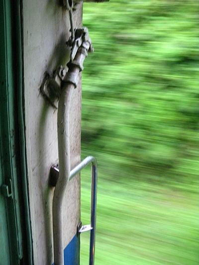 Как и в индийском слипере, в тайском можно помедитирвать в отркытую дверь тамбура...