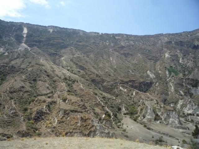вооон там, маленький проход в кромке кратера, вот в это отверстие мы и просочились :)