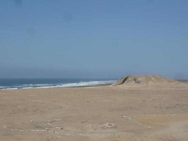 Вон вдалеке еще пирамида виднеется, но подход к ней закрыт