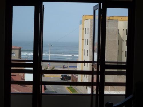 а из этого окна... не Площадь Красная видна