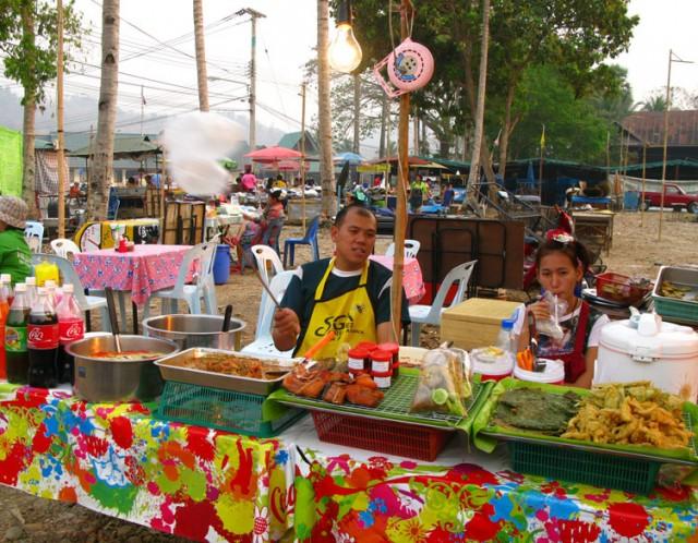 Рынок еды на задворках монастыря в Ме Хонг Сон