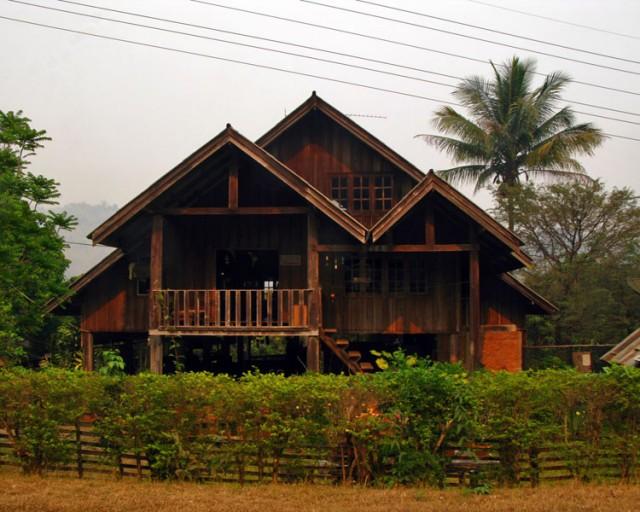 В этих местах люди живут скромно. Такие шикарные дома - редкость.