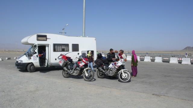 Французская семья едет на машине в Индию