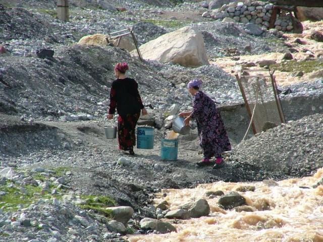 Такскать воду с речки, как я поняла , это женская работа!