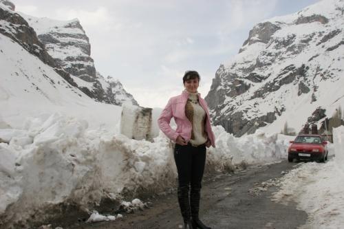 """Брошеный в снегах """"Опель"""" и я на фоне сошедшей лавины. Фото Нозима Каландарова"""