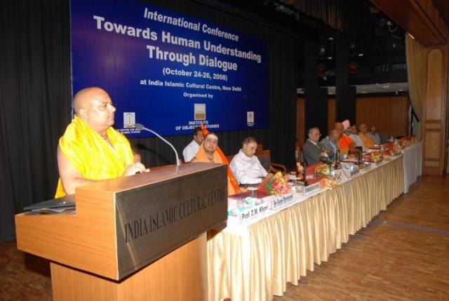 А это президент Шри Рам Джанма Бхуми Мандир  Нирман Найяс - господин Махант Шаранджи