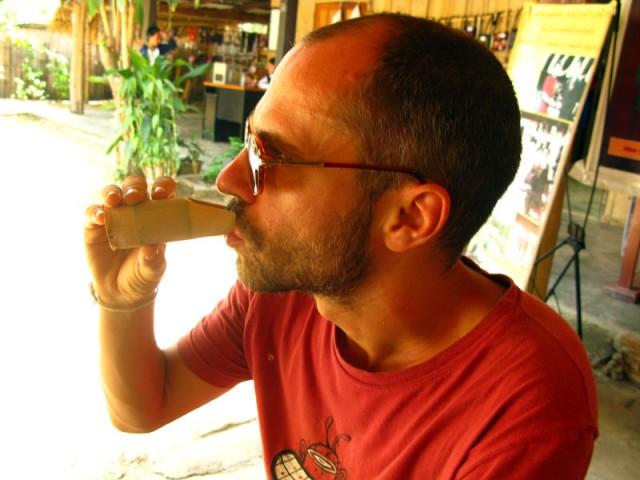 Под конец экскурсии нам предложили травяной акховский чай в стакане из незаменимого бамбука