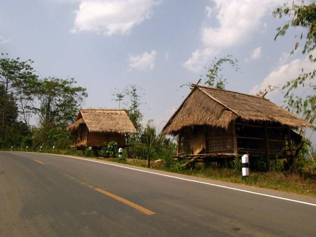 Пустые хижины на дороге