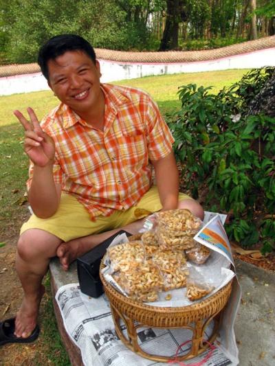 Сладкий продавец орешков. Люди в Нане очень приветливы