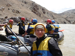 по бурной реке Инд