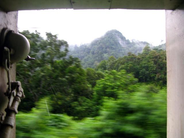 Таиланд через открытую дверь вагона поезда