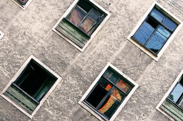 окна домов промышленного района