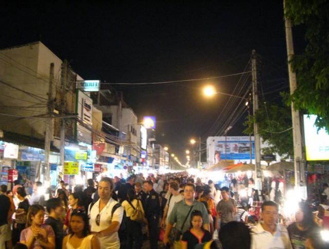 Воскресный ночной базар в Чианг-Мае