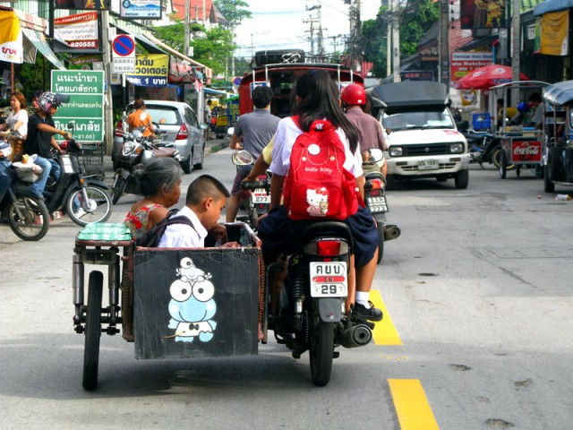 """Вот так ездят чианг-майские школьники и их бабушки. Тут же - милая тайской душе тема жаб, монстриков и прочих """"хэллоу-китти"""""""