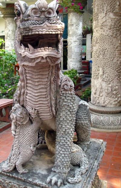 Интересно, из чего они лепят скульптуры при храмах