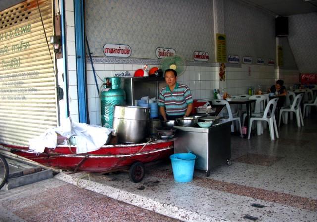 Разливают суп прямо с лодки