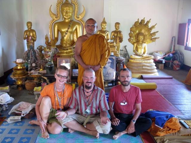Светлый момент с друзьями и монахом