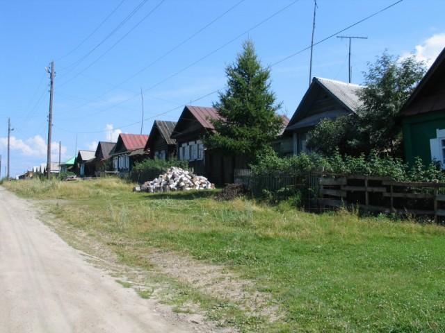 Улица со старыми деревянными домами.