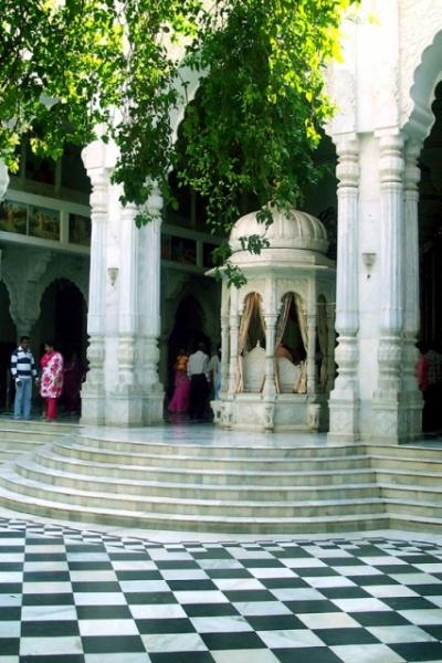 очень красивый храм...