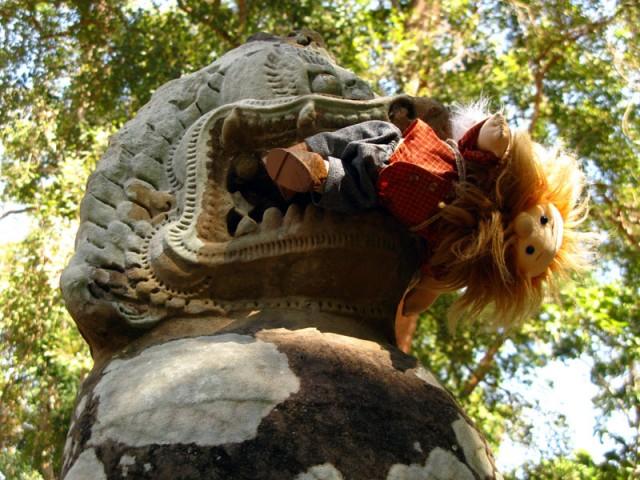 Не теряет присутствия духа в пасти древнего льва, Ангкор