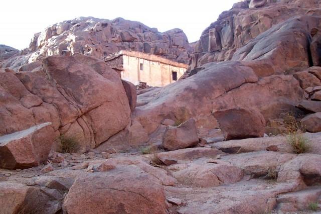 по дороге встречаются небольшие храмы..