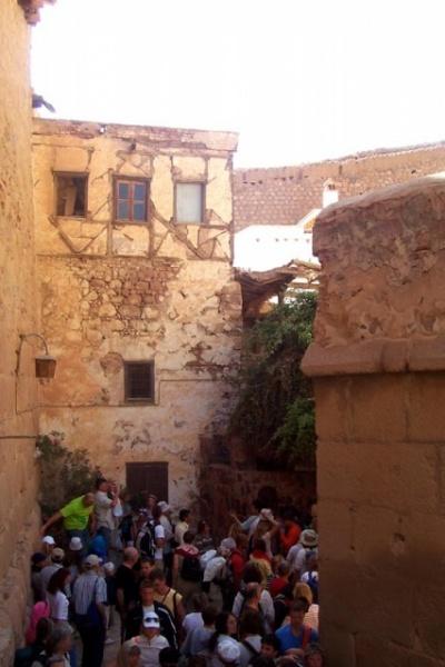 народ толпится возле Неопалимой купины...