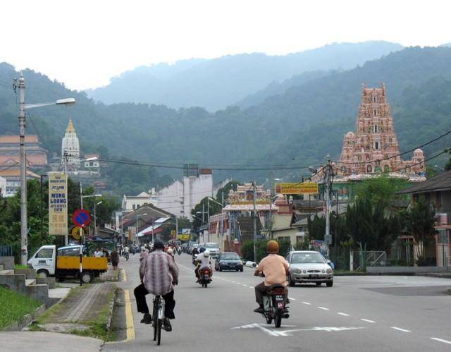 Слева китайская пагода, справа тамильский храм