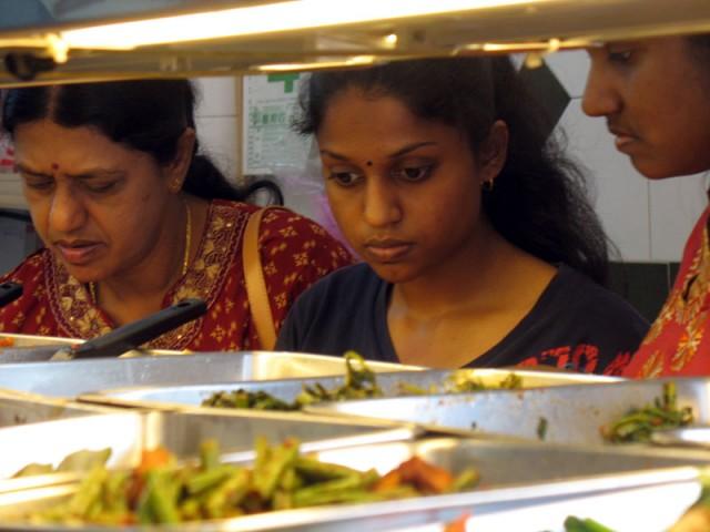 У тамильских дам разбегаются глаза в китайском буфете