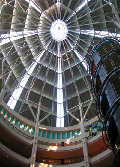 Торговый центр Suria, можно сходить в арт-галерею или посмотреть аквариум или просто попялиться вверх