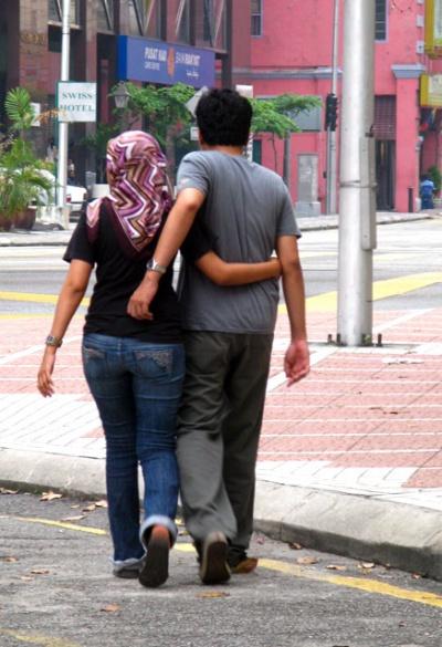 Мусульманские парочки в Куала-Лумпуре не стесняются ходить в обнимку