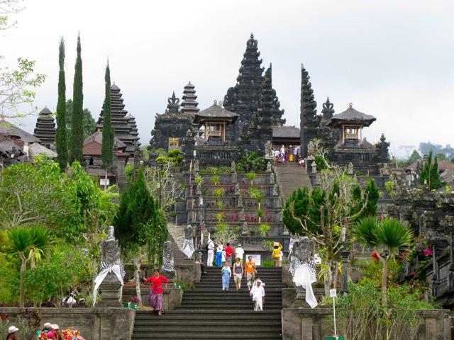 Храм Бесаки